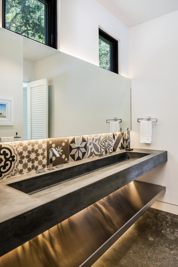 poolhouse main bath3